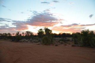 Sonnenuntergang auf dem Weg raus von Alice Springs