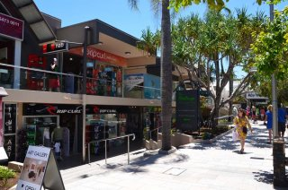 Shopppingstrasse beim Strand in Noosa