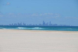 Coolangatta Beach mit Surfers Paradise im Hintergrund