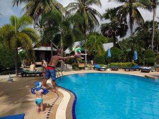 Im Pool am spielen