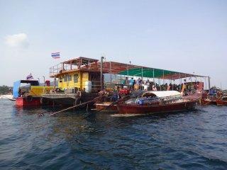 Das schwimmende Pier in Koh Lipe