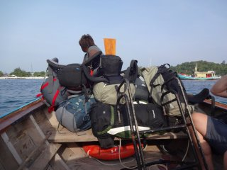 über das longtailboat geht es ans Festland