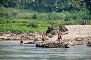 Kinder badeten am Mekong