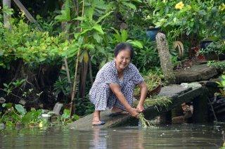 Eine Frau wäscht ihr Gemüse
