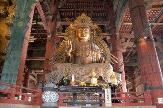 riesige Statuen befanden sich im Tempel
