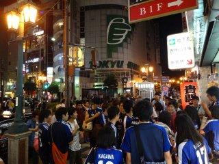 Fussballfans auf der Strasse