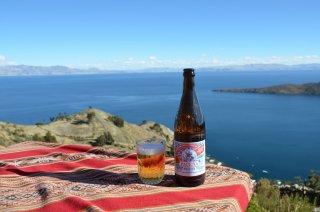 Boliviaisches Bier am Titicacasee
