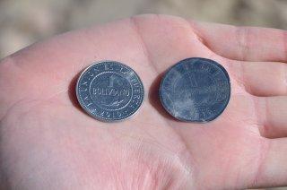 Bolivianische Münze original und überfahren :-)