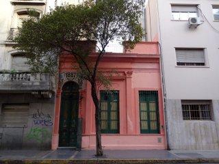 In diesem pinkigen Gebäude befand sich unser Apartement