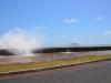 Die Wellen spritzen über die Mauer auf die Strasse