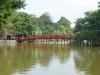 eine kleine Brücke führt auf eine mini-Insel