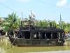 ein altes Schiff auf dem Fluss