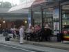 Hebt das Glas! trinken vor dem Supermarkt-Stammtisch