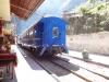 Der Zug mitten durch die Stadt Aguas Calientes