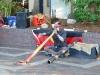 er spielt didgeridoo