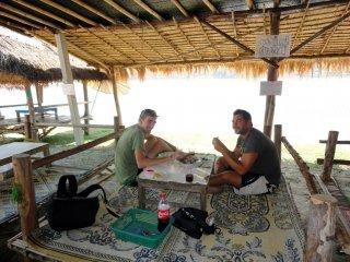 Studi und Emanuel geniessen den Fisch