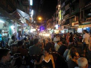 Leute in einer Strassen-Bar